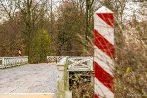 Einer der deutsch-polnischen Grenzübergänge mitten im Park