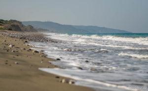 Kouloura Strand an der Westküste - menschenleer und stark vermüllt...