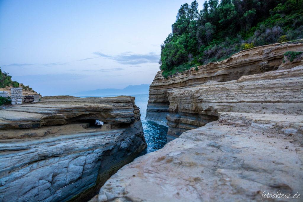 Von der Natur geformte Felsen kurz vor dem Sonnenaufgang